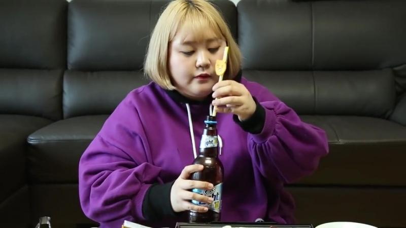 Милая кореянка ест на камеру 2кг говядины
