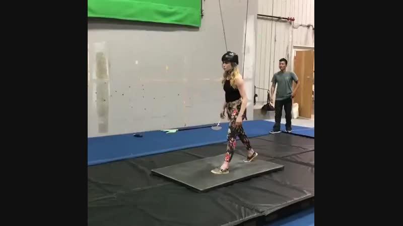 Кейти Лотц на репетиции трюка