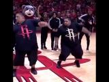 Танец в перерыве седьмого матча между Хьюстоном и ГСВ