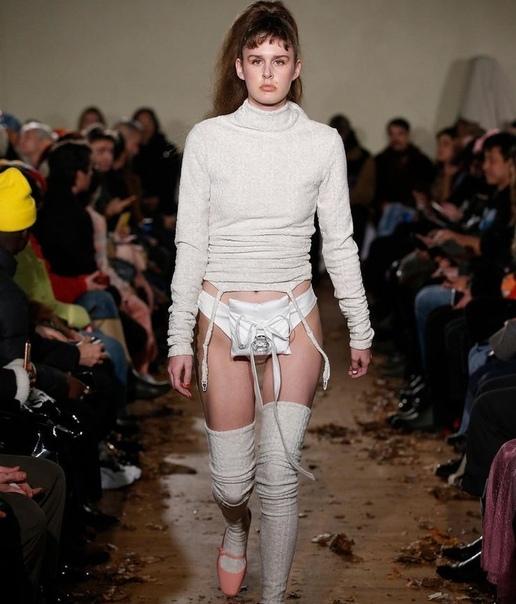 Модель вышла на подиум в «поясе верности» с огромным бриллиантом Бренд Vaquera представил свою новую коллекцию на Неделе моды в Нью-Йорке. Один из выходов модели привлек внимание модников больше