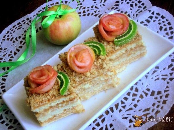 Яблочный пляцок Простой, но невероятно вкусный и нежный пляцок с ароматным яблочным кремом. Уже появились первые летние яблоки, так что самое время печь пироги! За рецепт спасибо блогеру Sergej pozhar.