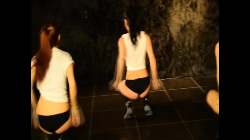 Девушка танцует в трусиках думаю