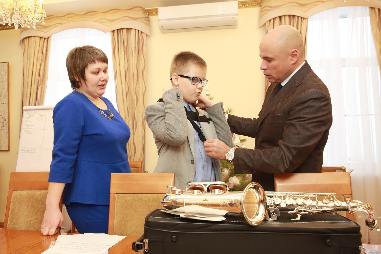 Игорь Артамонов подарил саксофон воспитаннику школы-интерната для слабовидящих — Изображение 1