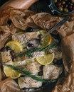 Треска, запечённая с лимоном, имбирем и розмарином в пергаментном конверте
