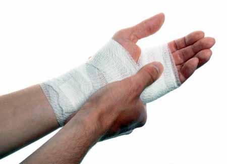 Для фиксации запястного сустава можно использовать плотную компрессионную повязку.