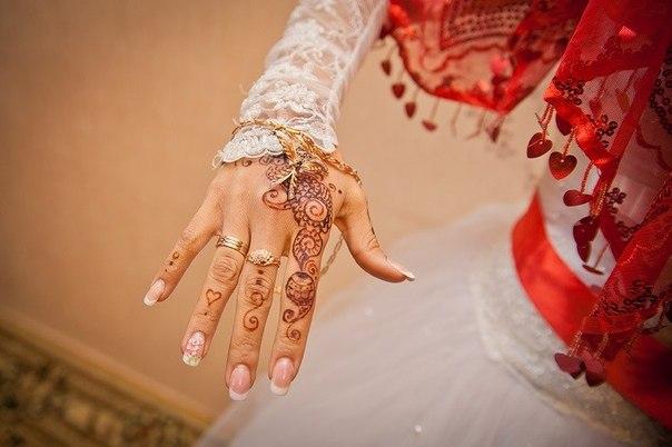 Красная лента на  невесты