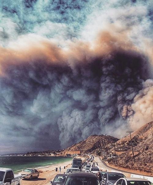 Самый сильный пожар за всю историю Калифорнии в фотографиях из соцсетей Огонь практически полностью уничтожил город Парадайс и теперь угрожает прибрежным районам.Калифорния переживает самый