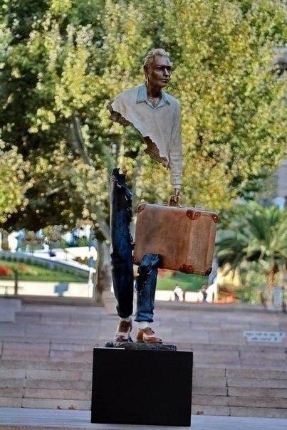 Пустые люди, скульптуры Бруно Каталано Они представляют образы людей,