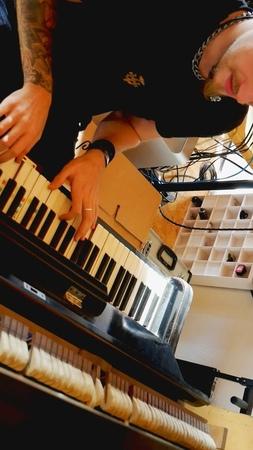 DArtagnan on Instagram Was passiert wenn man Ben mit einer Kamera und einem verstimmten Klavier 🎹 im Studio alleine lässt Ben stellt euch das A