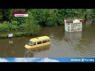 В Ульяновске сильный ливень вызвал настоящее наводнение в одном из районов города.