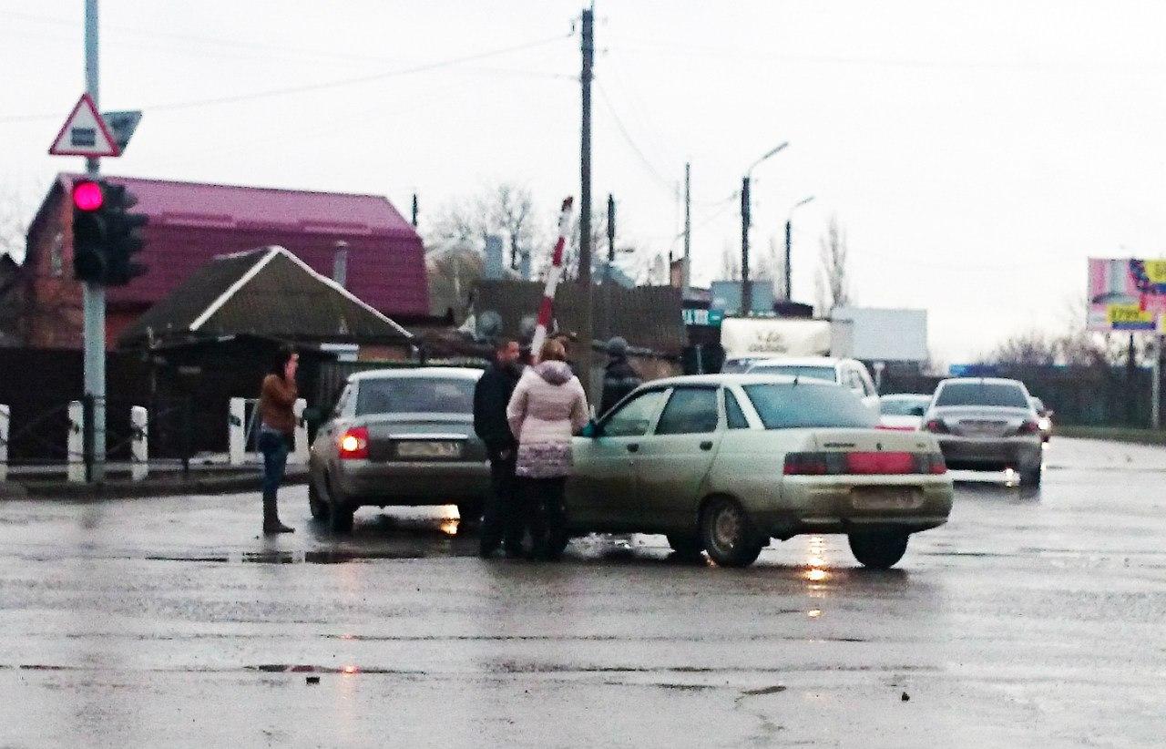 В Таганроге «десятка» столкнулась с «Приорой»