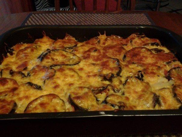 Мусака - Проверенный рецепт от наших подписчиков Баклажаны, картофель, помидоры режем кружочками, реже лук, морковь на терку. Баклажаны посолить и оставить дать сок, потом отжать ( чтобы горечь ушла) и обжарить. Слой картофеля,слой фарша ,пережаренного с луком и морковью,слой картофеля,слой помидор,слой обжаренных баклажан,залить пакетиком сливок 10%, не забыть слегка солить и перчить слои, посыпать тертым сыром и запечь до корочки при 180-200. Приятного аппетита!😊 небольшая…