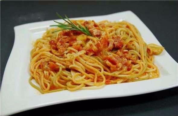 паста аматричиана ингредиенты: -спагетти — 400 грамм -помидоры — 1 килограмм -грудинка копченая — 300 грамм -луковица — 1 штук -оливковое масло — 2 ст. ложка -соль, перец — по вкусу приготовление: 1. начнем с того, что небольшими кубиками нарежем
