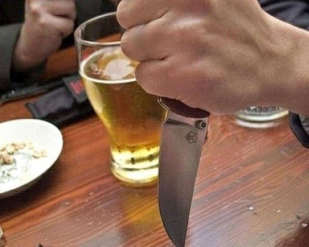 Полиция увезла в больницу пьяного скандалиста с ножевым ранением