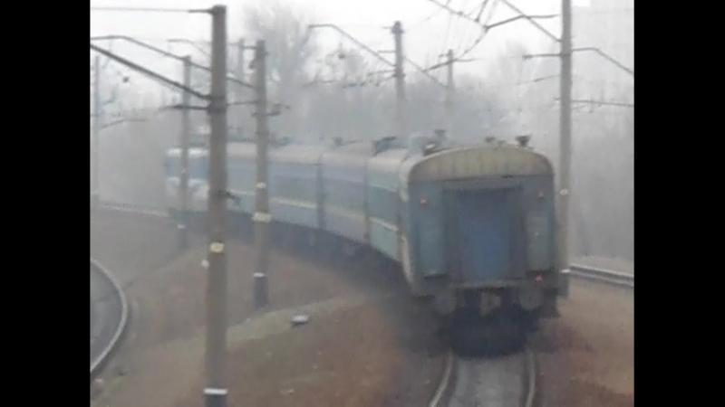 Электровоз ЧС2-579 с пассажирским поездом на станции Харьков-Пассажирский возле платформы Новосёловка