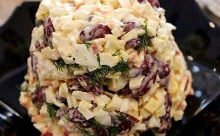 быстрый салат с фасолью и крабовыми палочками ингредиенты: - фасоль красная в собственном соку 200 гр - 2-3 вареных яйца - крабовые палочки 200гр - сметана, соль, перец, зелень. приготовление: с фасоли слить сок. крабовые палочки, яйца и зелень