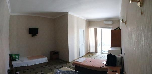 Наше первое крымское жилье. Одни за четверых живём, «панорамное» остекление придёт какой-то шарм. Кондиционер даже один раз включали (предпочитаю жить без них).