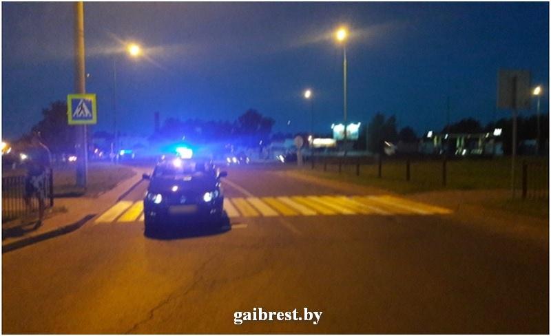 Водитель автомобиля такси сбил женщину на нерегулируемом пешеходном переходе. Есть видео