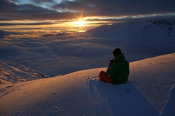 Автор фото: Никита Нисенбаум. Гора Кукисвумчорр (Мурманская область) в середине ноября, последние дни солнца перед полярной ночью. Мы поздравляем наших читателей: самая длинная ночь в году позади. Теперь световой день будет увеличиваться с каждым днем.