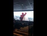 Том Холланд и Зендая в кинотеатре смотрят трейлер
