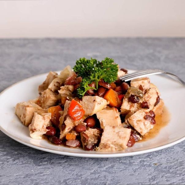 индейка на ужин 400 г филе индейки или курицы1 баклажан150 г красной фасоли (отварной или консервированной)1 луковица1 болгарский перец1 маленькая морковка2 зубчика чеснока1 ст.л. оливкового