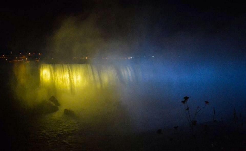 У Торонто українці освітили у синьо-жовті кольори Ніагарський водоспад