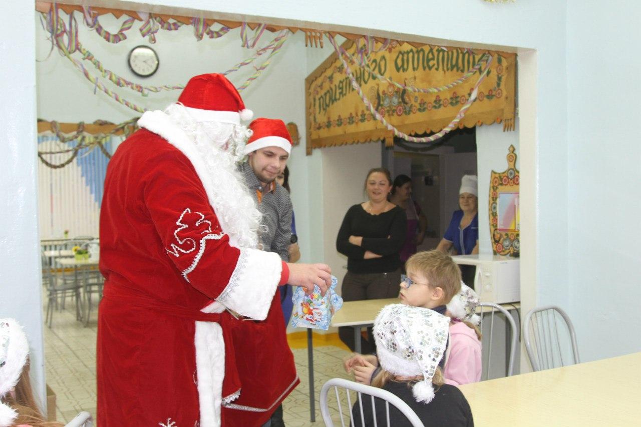 Дед Мороз вручает подарки