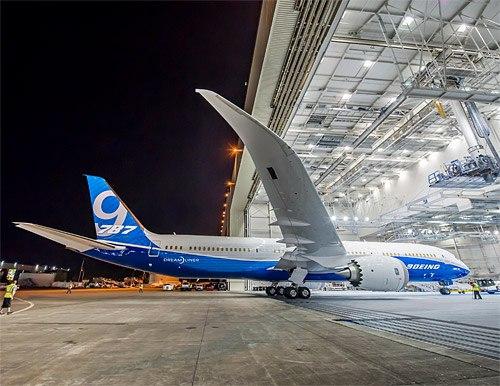 Компания Boeing показала первый полностью собранный самолет модели Boeing 787-9 Dreamliner. Это удлиненная на шесть...