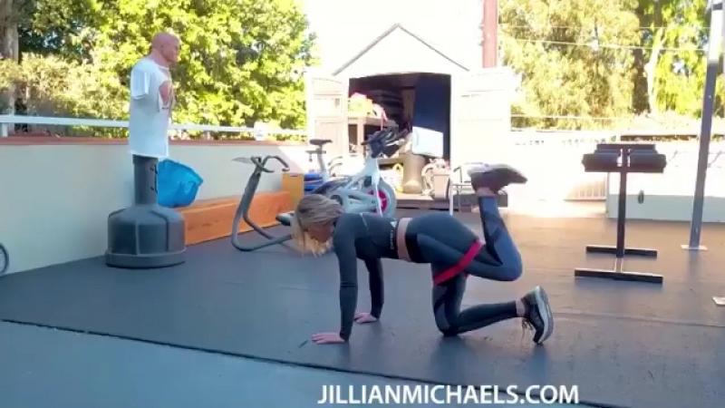 Комплекс упражнений для ягодиц с эластичной лентой от Джиллиан Майклс