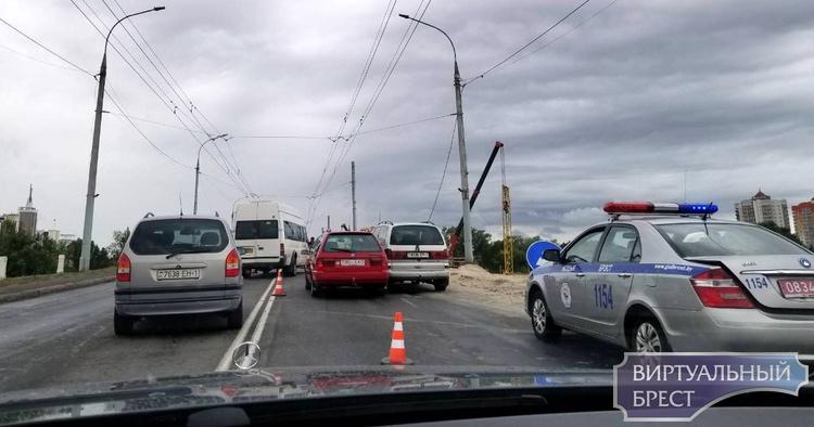На Кобринском мосту ДТП, движение ограничено в сторону центра города
