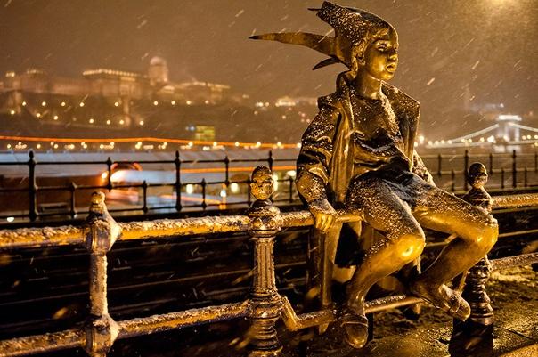 Маленькая принцесса  оригинальная статуя девочки, сидящей на перилах набережной Дуная в Будапеште, была создана венгерским скульптором Ласло Мартоном в 1972 году.