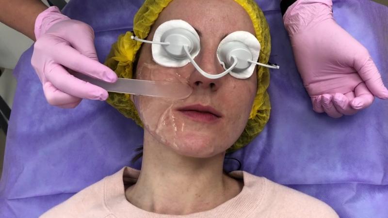 Врач-косметолог Серебрякова Татьяна Юрьевна выполняет процедуру на аппарате М22