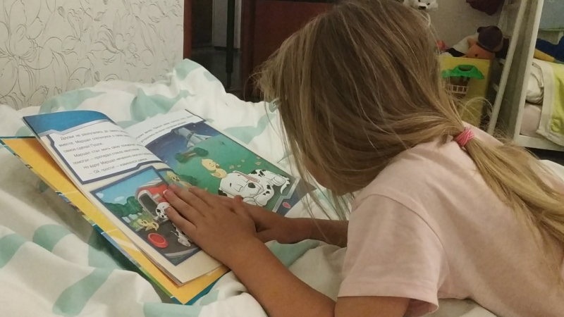 Алиса читает щенячий патруль