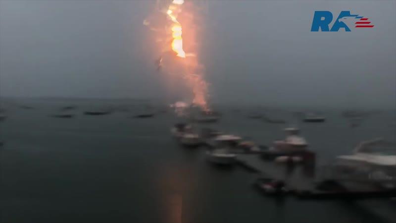 Удар молнии уничтожил дорогую яхту