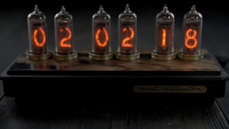 Ламповые часы Восток 2 Black лунный эбен от мастерской Past Indicator