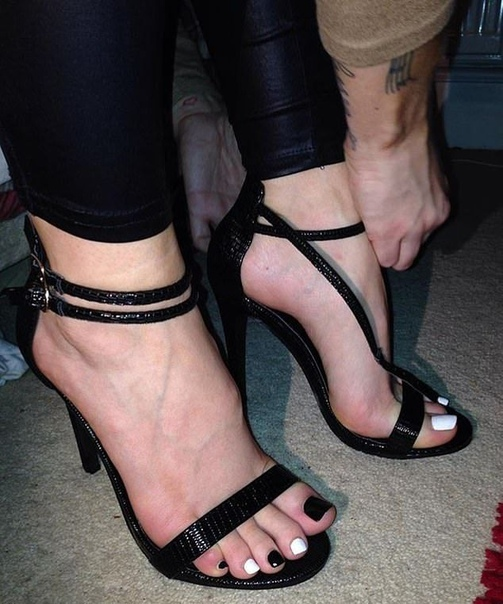 Пользовательница Instagram зарабатывает $130 000 в год на вонючих носках и поношенных кроссовках 33-летняя Рокси Сайкс зарабатывает 130 000 долларов в год на своих пятках. Она завела Instagram