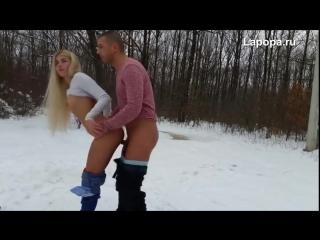 С клевой телочкой в лесу зимой (секс порно домашнее порево трахает попка сиськи) 18+