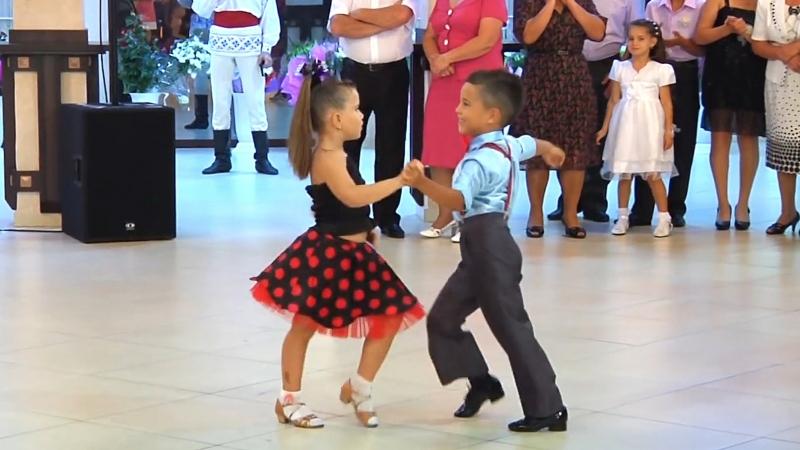 Дети танцуют не хуже взрослых профессионалов Очень милый танец юных бальников