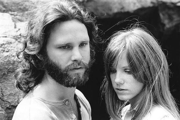 Джим Моррисон (солист группы the Doors) со подругой Памелой Курсон 1969г.