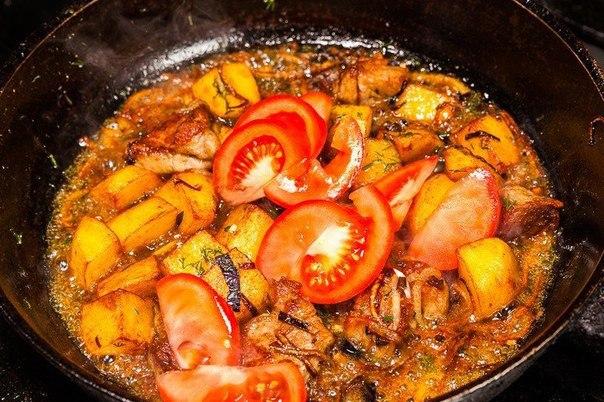 оджахури (грузинское блюдо) с грузинского «оджахури» переводится как «семейное» то есть блюдо, предназначенное для всей семьи. приготовить его несложно.что нужно: свинина (шея) 250 гкартофель