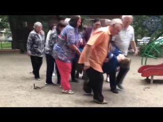 Когда старость уже играет в детство.))Внуки следите за своими стариками.)