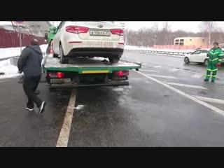 Автомобиль такси спрыгнул с эвакуатора при задержании сотрудниками МАДИ