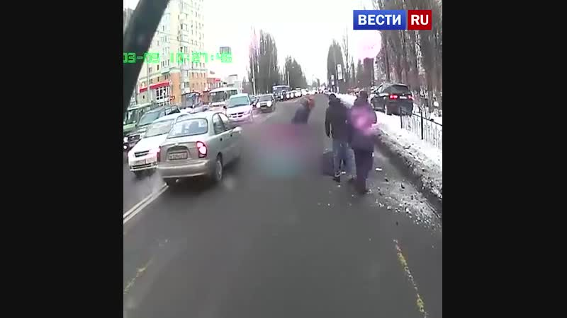 Торопившийся водитель на BMW сбил двух пешеходов на тротуаре в Белгороде