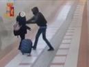Italien Monza Neger raubt Smartphone eines jungen Mädchen im Bahnhof