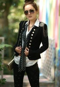 стильный черный женский пиджак с погонами.