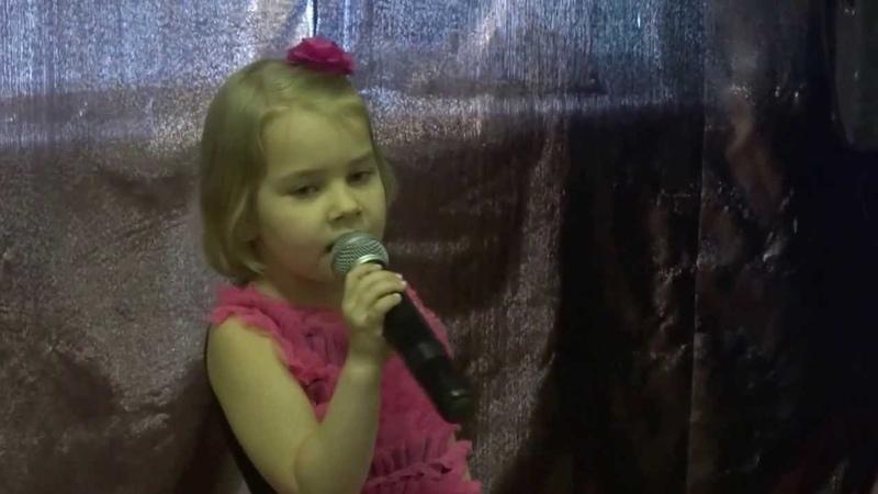 малышка Марго офигенно спела красивую детскую песенку А я игрушек не замечаю - берет за душу