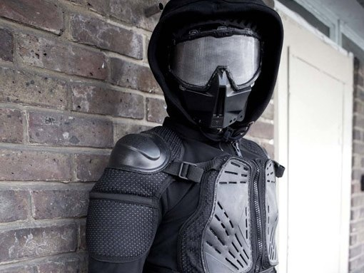 парень в маске это Саймон из будущего