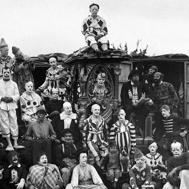 Это собрание печальных клоунов запечатлел около 1900 года Джон Рингл, один (и, пожалуй, самый известный