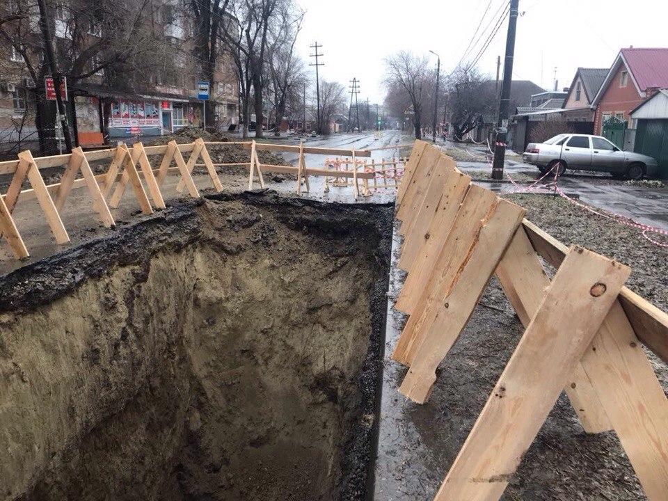 Водоканал: Горожане разворовывают деревянные ограждения на месте провалов коллектора