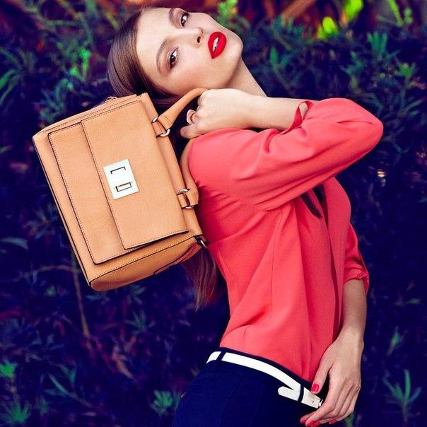 Девушка должна быть всегда готова к любому повороту судьбы, поэтому в её сумочке...